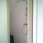Budget badkamer met inloopdouche onder schuinte