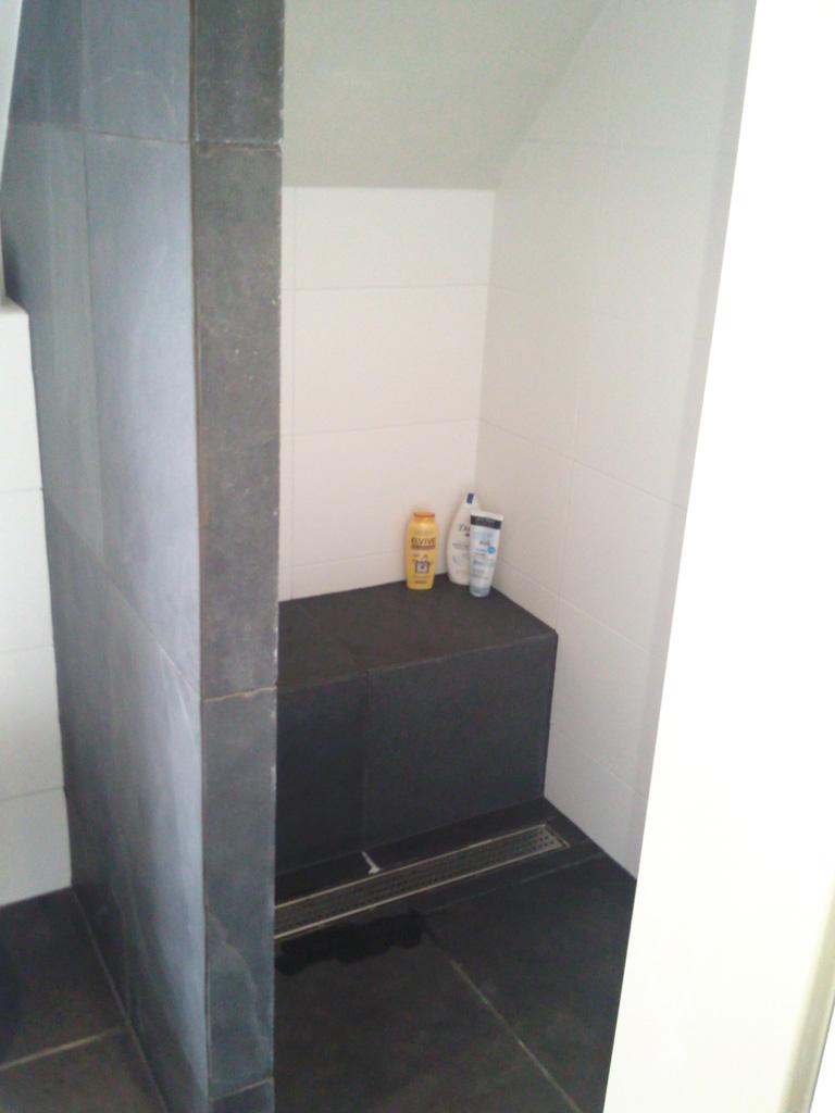 Budget badkamer met inloopdouche onder schuinte ba s - Badkamer in m ...