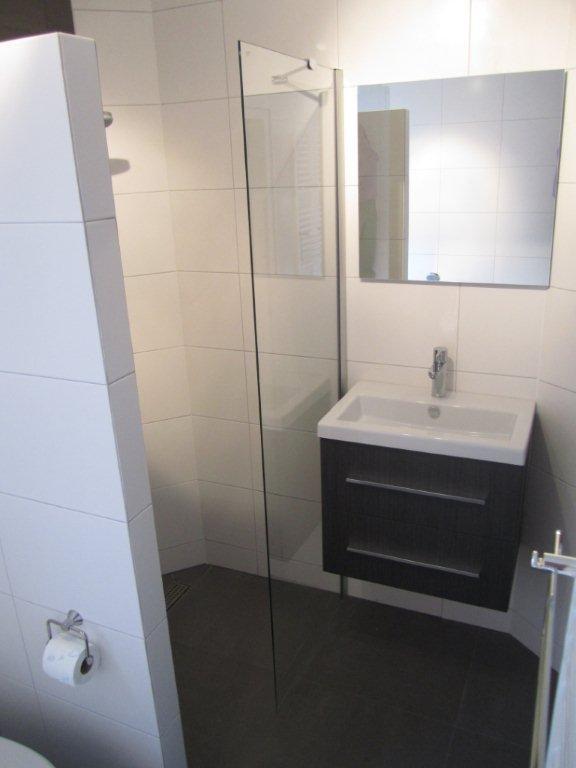 Budget badkamer met ligbad en inloopdouche ba s - Badkamer ideeen met douche ...