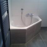 Luxe badkamer met hoekbad en inloopdouche