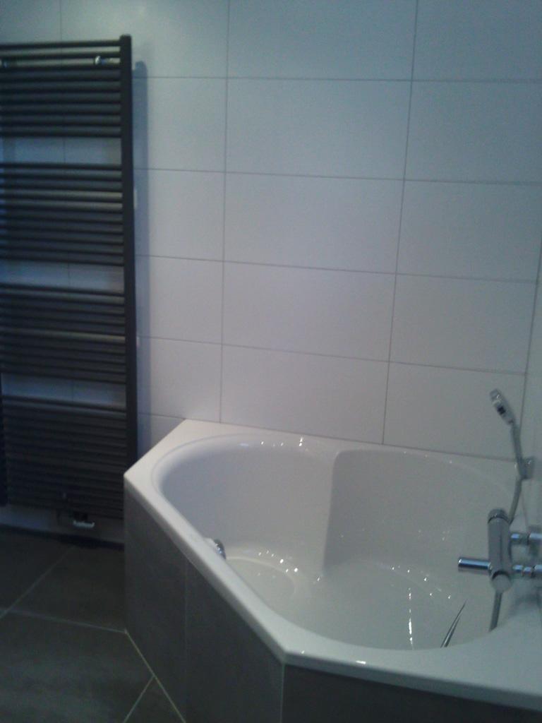 Luxe badkamer met hoekbad en inloopdouche - Ba-s