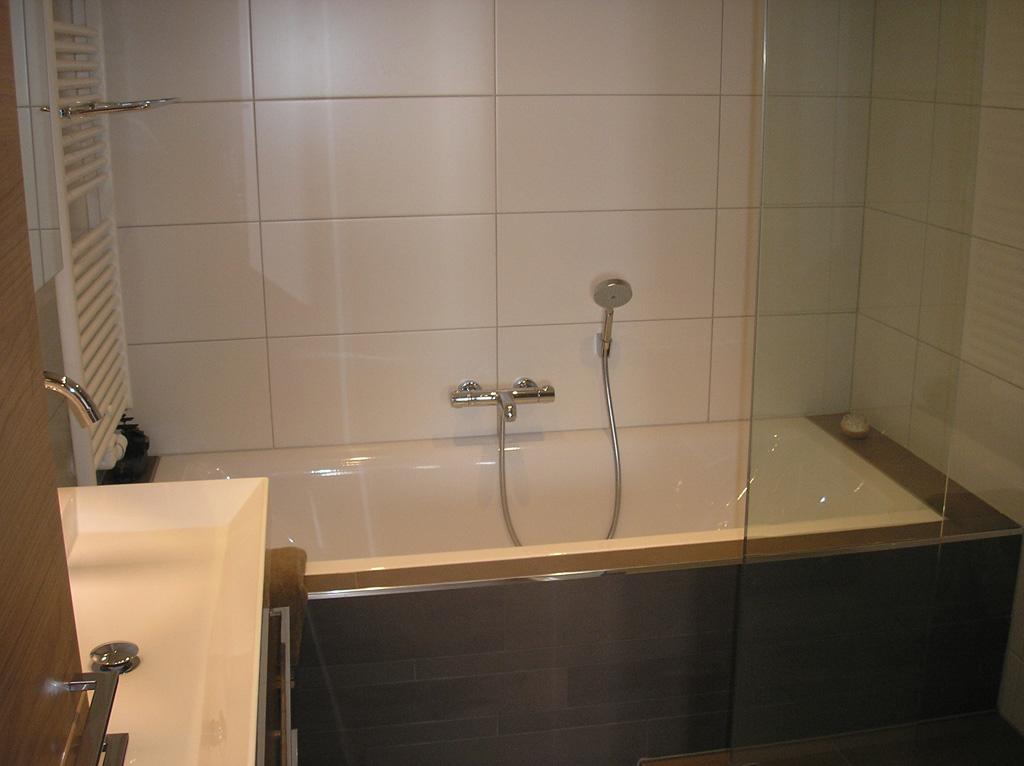 Luxe badkamer met ligbad en inloopdouche - Ba-s