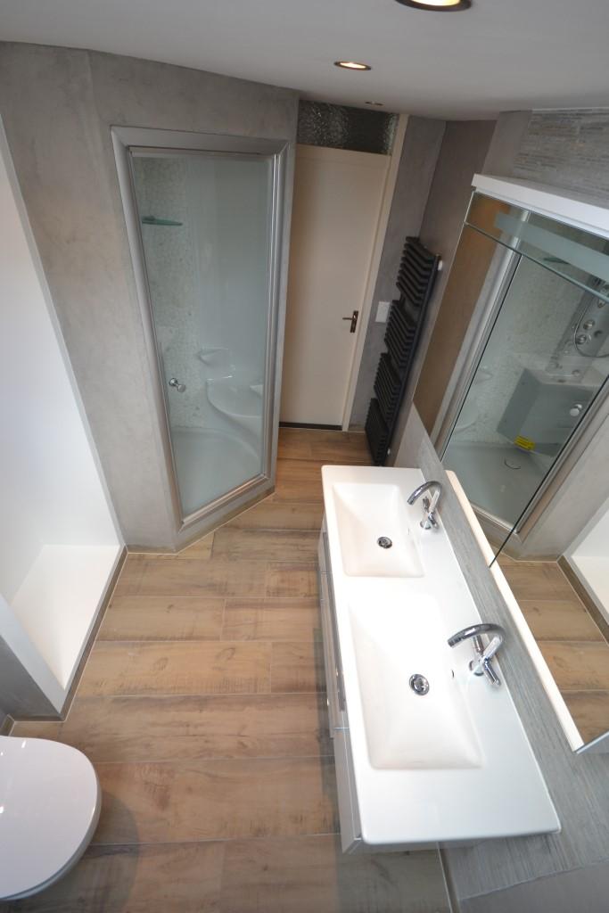 Luxe badkamer met stoomcabine bas geberit ligbad - Badkamer met ligbad ...