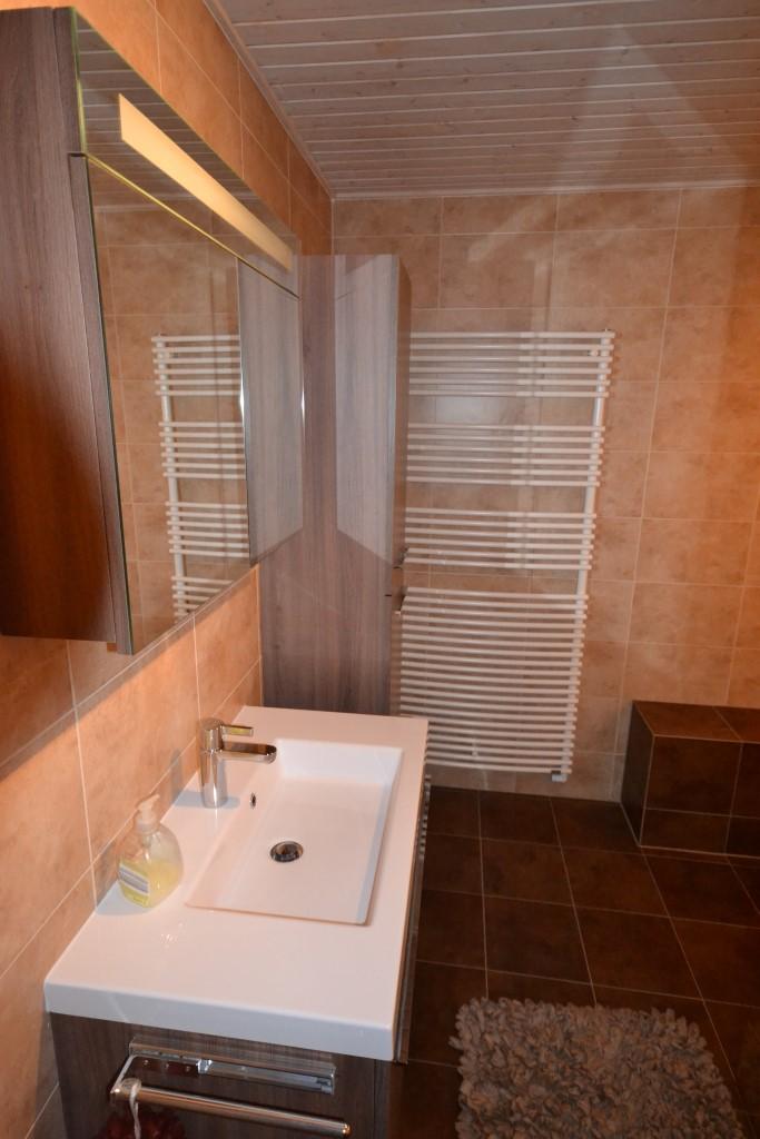 Senioren badkamer in warme bruintinten ba s - Badkamer in m ...